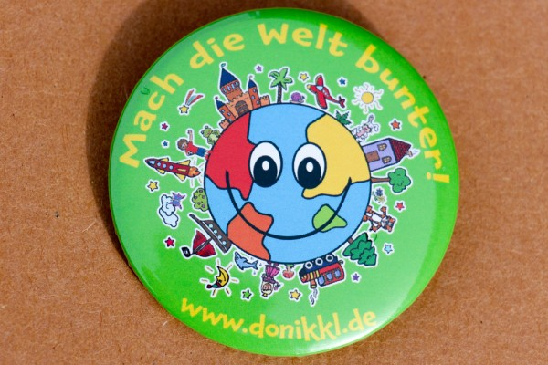 "Button ""Mach die Welt bunter!"""